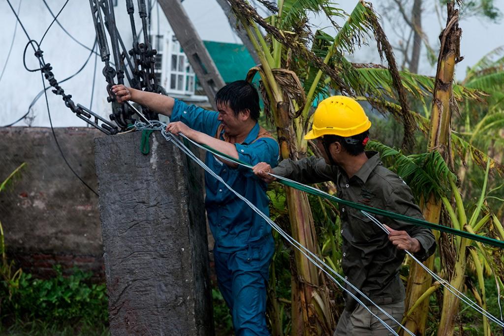 Nhân viên ký thuật của Viettel ứng cứu sự cố trong mưa bão