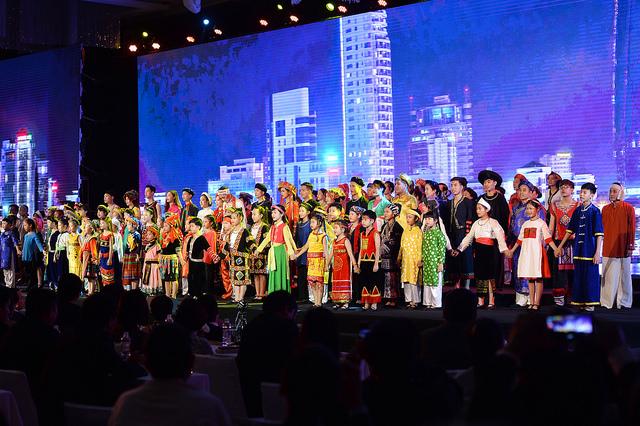 """Kết thúc lễ ra mắt là tiết mục múa trong trang phục của 54 dân tộc với bài hát """"Khát vọng Việt Nam""""."""