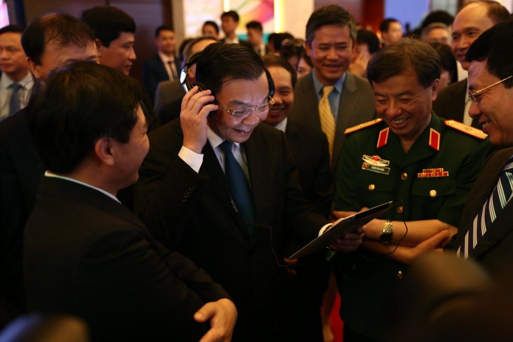 Ông Chu Ngọc Anh, Bộ trưởng Bộ KHCN trải nghiệm các dich vụ trên nền 4G của Viettel.