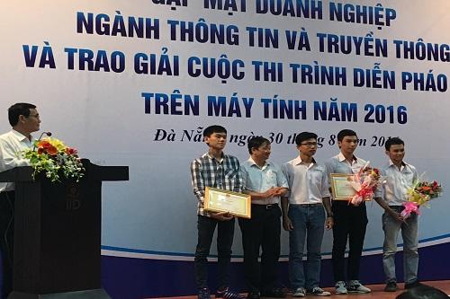 Ông Đặng Việt Dũng, Phó  Chủ tịch UBND TP Đà Nẵng ( thứ 2 từ trái qua) trao giải cho sản phẩm đạt giải ba và giải khuyến khích