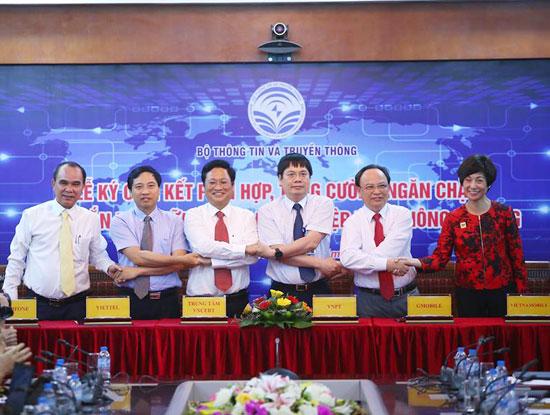 Lãnh đạo 5 doanh nghiệp viễn thông di động gồm Viettel,  VinaPhone, MobiFone, Vietnamobile, GTel ký cam kết với Bộ TT&TT về việc phối hợp, tăng cường ngăn chặn tin nhắn rác (Ảnh: Thái Anh)