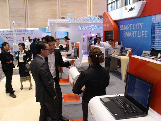 Unitel - thương hiệu của Viettel t ại Lào giới thiệu các giải pháp CNTT kết hợp viễn thông tại triển lãm CNTT&TT lớn nhất ở Lào hồi tháng 12/2016.