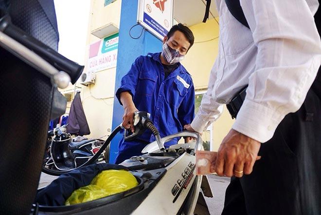 Xăng dầu đồng loạt giảm rẻ nhất tính từ đầu năm 2017.