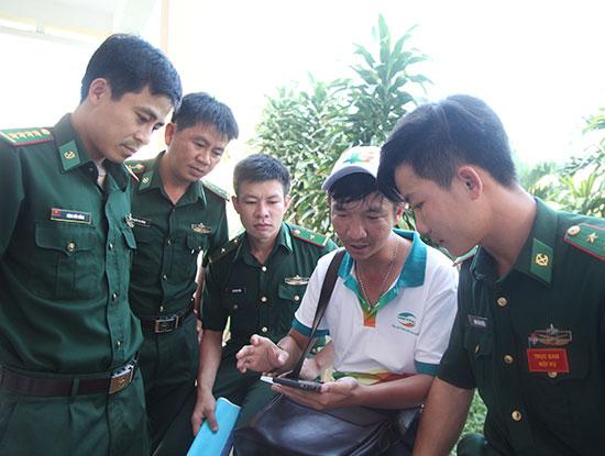 Nhân viên Viettel đến tận các đơn vị quân đội để đổi SIM và hướng dẫn khách hàng sử dụng dịch vụ 4G.