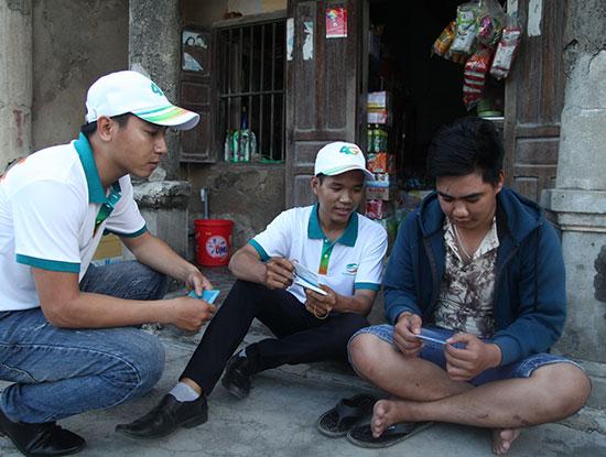 Nhân viên Viettel đổi SIM và giới thiệu dịch vụ 4G đến từng nhà dân