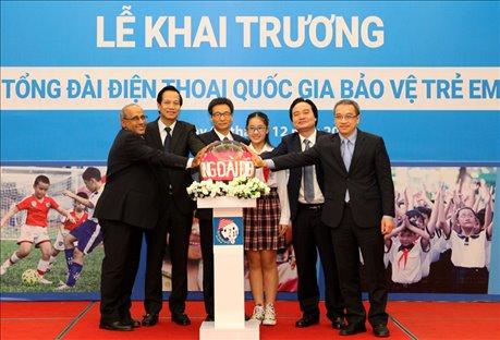 Phó Thủ tướng Vũ Đức Đam; Bộ trưởng: Đào Ngọc Dung, Phùng Xuân Nhạ và các đại biểu chính thức bấm nút khai trương Tổng đài điện thoại quốc gia bảo vệ trẻ em 111. Ảnh: molisa.gov.vn