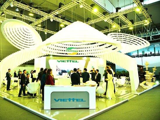 Gian hàng Viettel được thiết kế dựa trên ý tưởng nón lá Việt Nam đã gây ấn tượng cho khách tham quan.